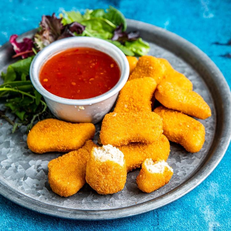 Green Cuisine Nuggets Chicken Style på tallrik med dippa och sallad