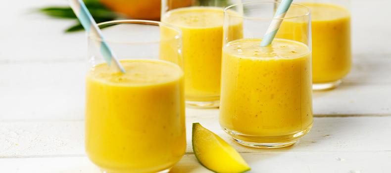 Fruktiga smoothies gjorda på fruktpuré