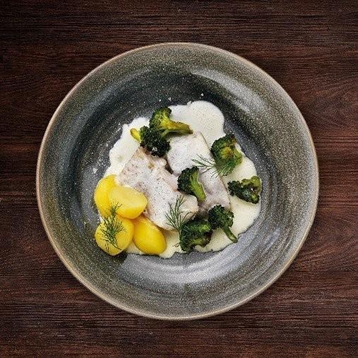 Ångbakad sejfilé med vitvinssås och rostad broccoli