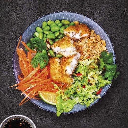 Bowl med krispig fisk, sojabönor, morötter, jordnötter & koriander