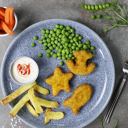 Fiskfigurer med pommes frites och ärter