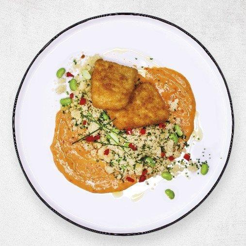 Frasbakad fisk med varm majs och paprikakräm
