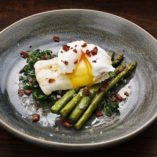 Kokt hoki med pocherat ägg, sparris och baconkrisp