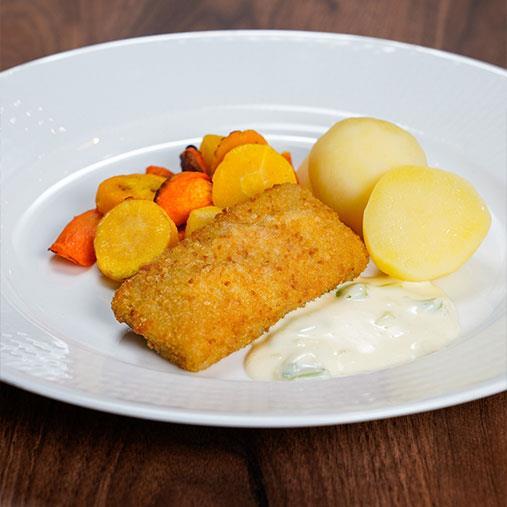 Panerad fisk med potatis, rostade morötter och purjolökssås