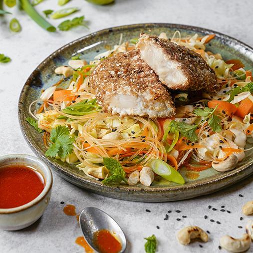 Sprödbakad fisk med nudlar, grönsaker & chilisås