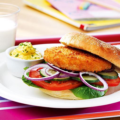Torskburgare i bröd med currymajonnäs och klassiska tillbehör