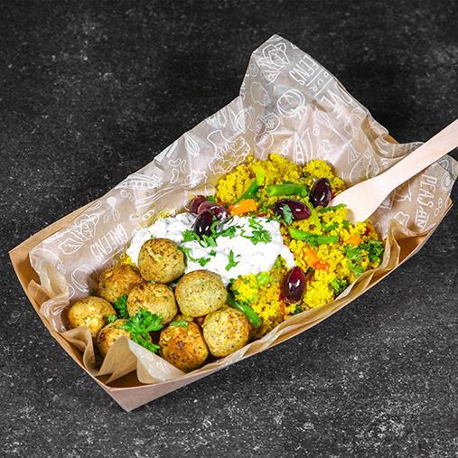 Couscouspytt med falafel, raitasås och svarta oliver