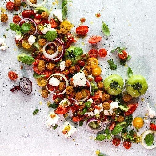 Falafelsallad med solsötade tomater och grekisk fetaost