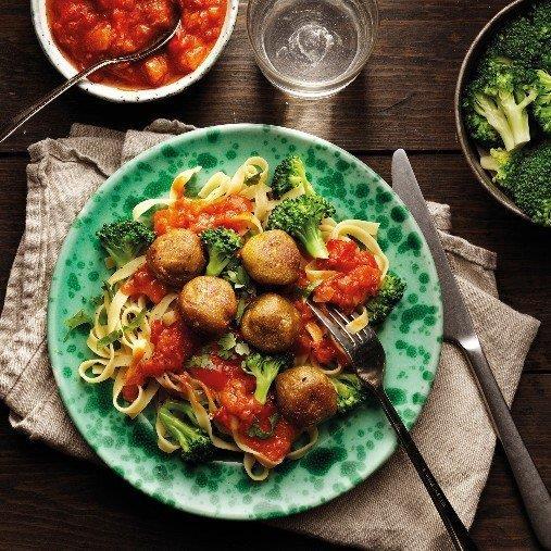 Grönsaksbullar med mustig tomatsås