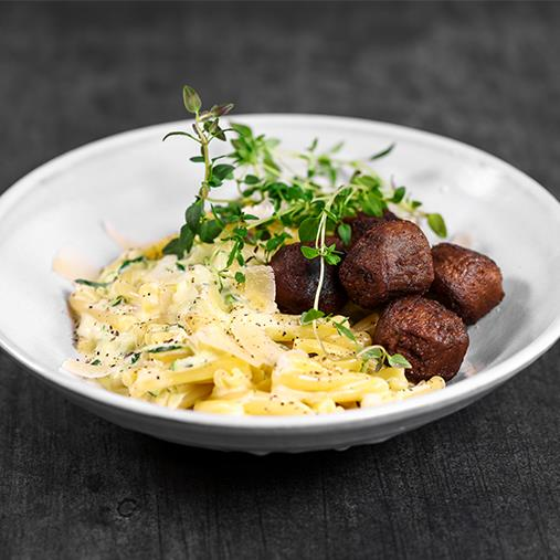 Pease bullar med pasta och grönpepparsås