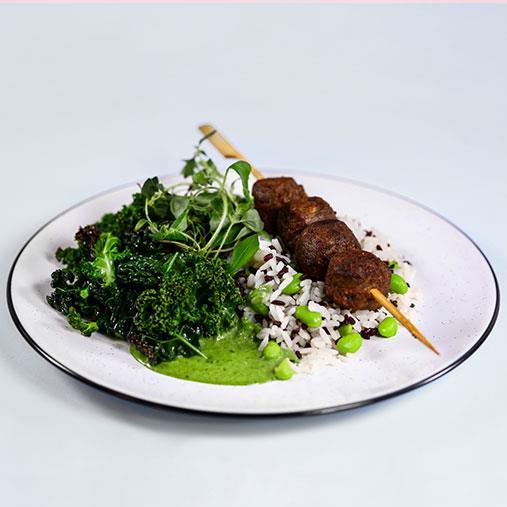 Pease bullar på spett med grönkål och ris