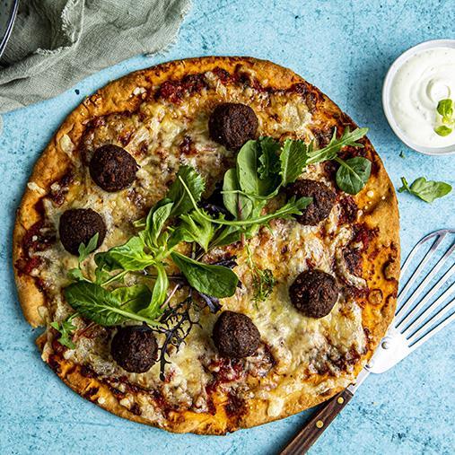 Pizza med vegobullar, ost och grönsallad