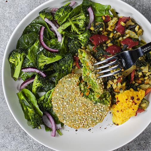 Quinoa- och grönkålsbiffar med vetekornspilaff och grillade grönsaker