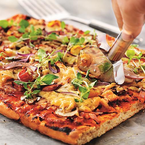 Panpizza med rökt skinka, champinjoner, cocktailtomater och rödlök