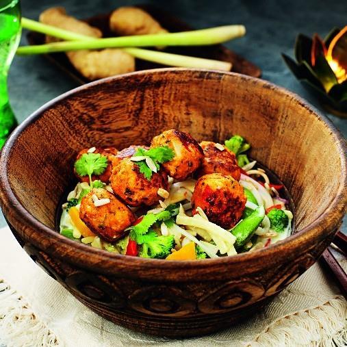 Kycklingköttbullar och nudelsallad thaistyle