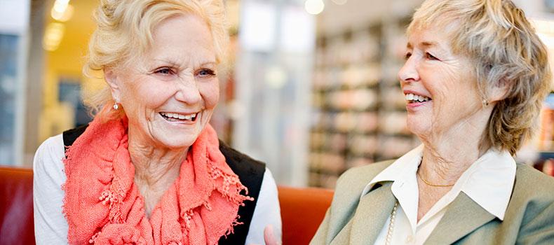 Två äldre damer skrattar tillsammans