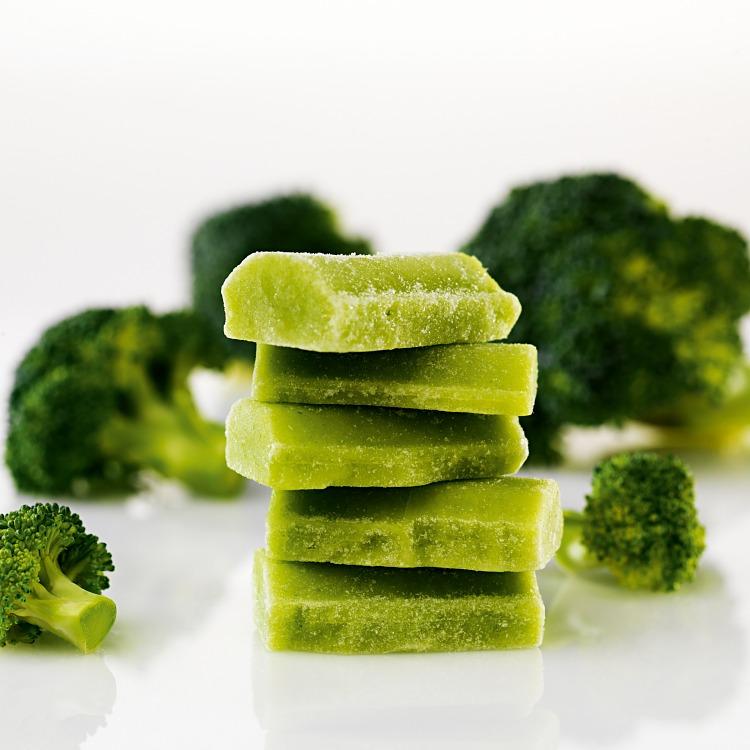 Fryst broccolipuré med broccolibuketter i bakgrunden