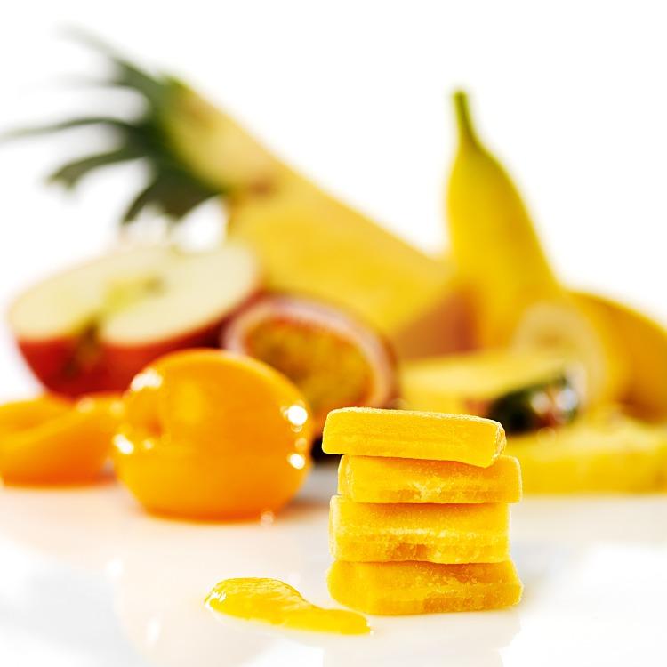 Fryst tropisk puré av tropiska frukter som ananas passionsfrukt och banan