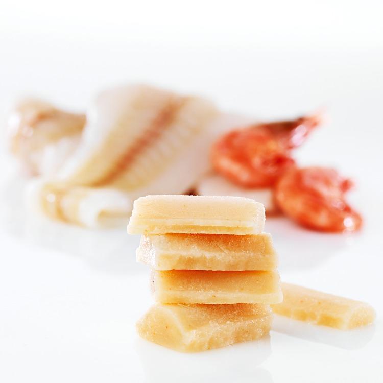 Fryst Fisk- och räkpuré med fiskfilé och räkor i bakgrunden
