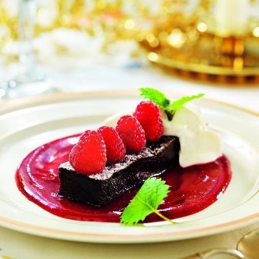 Choklad och hallonkaka med hallonsås och vaniljklick