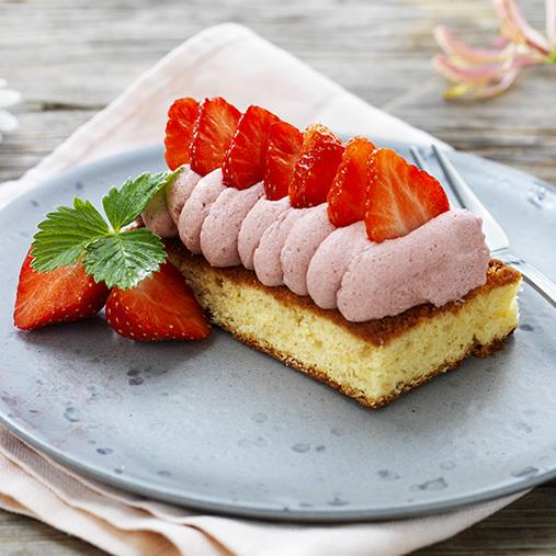 Mandelkaka med punsch- & jordgubbsmousse