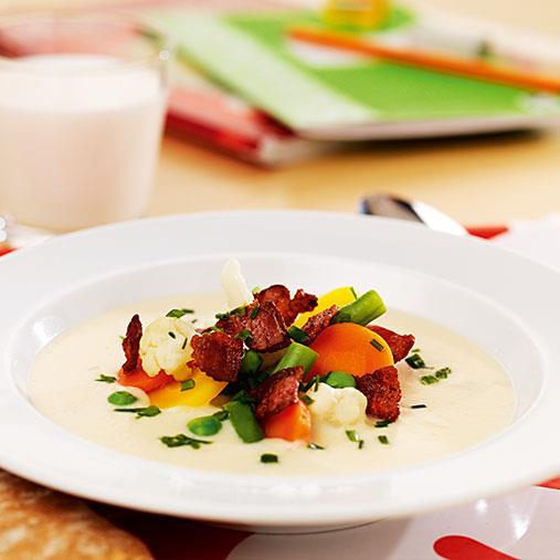 Blomkål- och jordärtskockssoppa med bacon- och äpplecrème