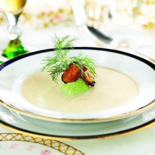 Blomkålssoppa med vårfräsch topping och rökta musslor