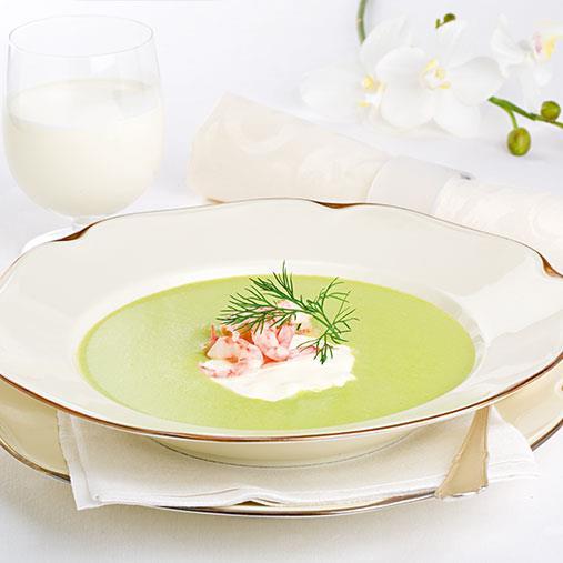 Grön sparrissoppa med crème fraiche och räkor