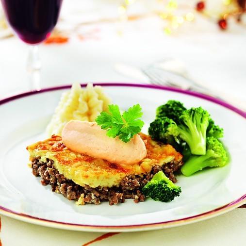 Köttfärsgratäng med jordärtskockscrème, potatismos och grönsaker