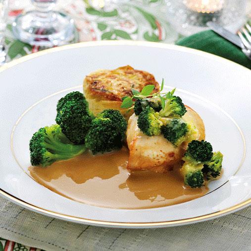 Stekt kyckling, potatiskaka, palsternack- och senapssås, broccolibuketter