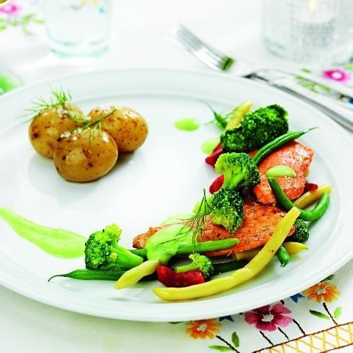 Laxtail med picklade grönsaker, potatis och sparrissås